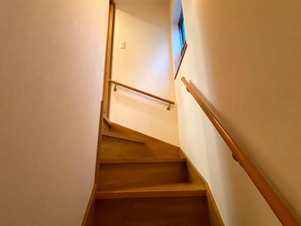 二葉3丁目戸建の1階から2階へとつながる階段